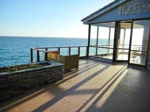 Villa a picco sul mare per i mesi estivi